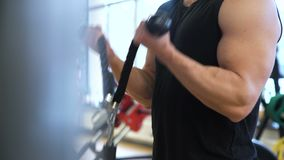 Εκπαιδευτικό άτομο γυμναστικής αθλητικής ικανότητας workout φιλμ μικρού μήκους