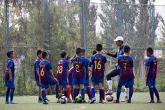 Εκπαιδευτικό μάθημα ποδοσφαίρου παιδιών Στοκ φωτογραφία με δικαίωμα ελεύθερης χρήσης