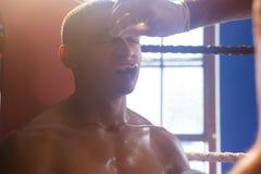 Εκπαιδευτής που εφαρμόζει την κρέμα στο πρόσωπο ατόμων Στοκ Φωτογραφία