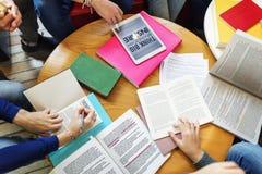 Εκπαιδευτική έννοια ανάγνωσης βιβλιοθήκης ομάδας σπουδαστών Στοκ φωτογραφίες με δικαίωμα ελεύθερης χρήσης