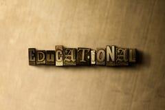 ΕΚΠΑΙΔΕΥΤΙΚΟΣ - κινηματογράφηση σε πρώτο πλάνο της βρώμικης στοιχειοθετημένης τρύγος λέξης στο σκηνικό μετάλλων Στοκ φωτογραφία με δικαίωμα ελεύθερης χρήσης
