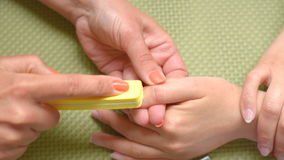 Εκπαιδευτικός το μανικιούρ μαθήματος, καθαρίζει τα καρφιά φιλμ μικρού μήκους