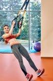 Εκπαιδευτικό κορίτσι TRX στη γυμναστική Στοκ φωτογραφίες με δικαίωμα ελεύθερης χρήσης