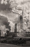 Εκπομπές βιομηχανικού κτηρίου Στοκ εικόνα με δικαίωμα ελεύθερης χρήσης