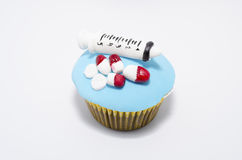 Εκπληκτικά δημιουργικό cupcake με το ιατρικό εξοπλισμό φιαγμένο από fondant Στοκ φωτογραφία με δικαίωμα ελεύθερης χρήσης