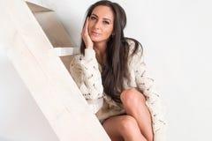 Εκπληκτικά όμορφη προκλητική γοητευτική γυναίκα brunette στοκ φωτογραφία