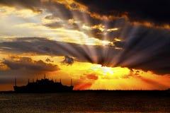 Εκρήξεις ήλιων ηλιοβασιλέματος   Στοκ εικόνα με δικαίωμα ελεύθερης χρήσης