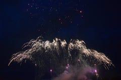 Εκρήξεις πυροτεχνημάτων στο νυχτερινό ουρανό Στοκ φωτογραφία με δικαίωμα ελεύθερης χρήσης