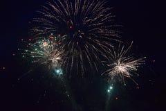 Εκρήξεις πυροτεχνημάτων στο νυχτερινό ουρανό Στοκ εικόνες με δικαίωμα ελεύθερης χρήσης