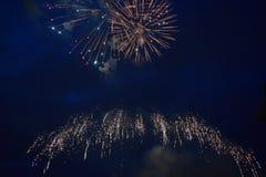 Εκρήξεις πυροτεχνημάτων στο νυχτερινό ουρανό Στοκ Εικόνες