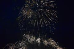 Εκρήξεις πυροτεχνημάτων στο νυχτερινό ουρανό Στοκ φωτογραφίες με δικαίωμα ελεύθερης χρήσης