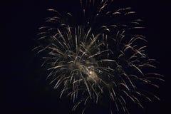 Εκρήξεις πυροτεχνημάτων στο νυχτερινό ουρανό Στοκ Φωτογραφίες