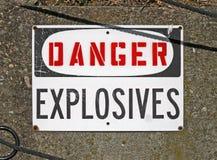 Εκρηκτικές ύλες κινδύνου, προειδοποιώντας μήνυμα στην πινακίδα, Στοκ Φωτογραφίες