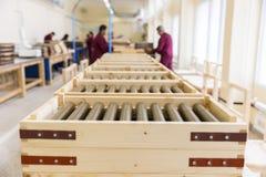 Εκρηκτικές ύλες πυραύλων στα κιβώτια σε ένα εργοστάσιο πυρομαχικών Στοκ φωτογραφία με δικαίωμα ελεύθερης χρήσης