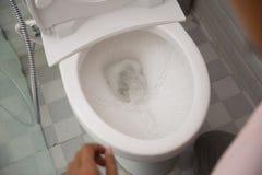 Εκροή νερού στην τουαλέτα στοκ εικόνες