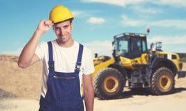 Εκσακαφέας με τον όμορφο λατινοαμερικάνικο εργάτη οικοδομών στοκ εικόνες