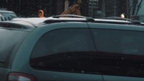 Εκσακαφέας υπηρεσιών πόλεων που αντιστρέφει στην πλευρά του δρόμου στο μειωμένο χιόνι απόθεμα βίντεο