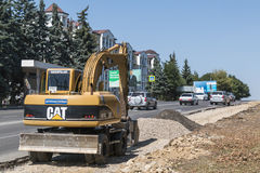 Εκσκαφέας, εργασία για να επεκτείνει το δρόμο σε Pyatigorsk, Ρωσία Στοκ Φωτογραφία