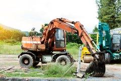 Εκσκαφέας που σκάβει και που αφαιρεί τη γη Στοκ εικόνες με δικαίωμα ελεύθερης χρήσης