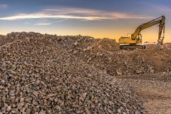 Εκσκαφέας που συλλέγει την πέτρα σε ένα υπαίθριο ορυχείο στοκ φωτογραφίες με δικαίωμα ελεύθερης χρήσης
