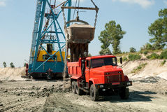 Εκσκαφέας που φορτώνει ένα βαρύ φορτηγό απορρίψεων Στοκ φωτογραφία με δικαίωμα ελεύθερης χρήσης