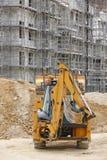 Εκσκαφέας σε ένα εργοτάξιο οικοδομής πρόοδος οικοδόμησης Architec στοκ φωτογραφία με δικαίωμα ελεύθερης χρήσης