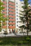 Εκσκαφέας σε ένα εργοτάξιο οικοδομής ενός κατοικημένου σπιτιού Στοκ εικόνα με δικαίωμα ελεύθερης χρήσης