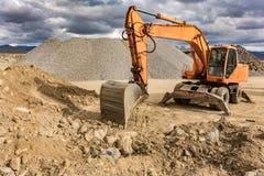 Εκσκαφέας σε ένα ορυχείο εξαγωγής πετρών που μετασχηματίζει σε ένα αμμοχάλικο στοκ φωτογραφία με δικαίωμα ελεύθερης χρήσης