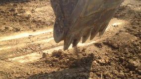 Εκσκαφέας στην εργασία backhoe το μηχανικό φτυάρι που λειτουργεί στον τομέα, σκάβει γύρω από τον κεντρικό στυλοβάτη φιλμ μικρού μήκους