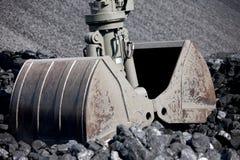 Εκσκαφέας φόρτωσης άνθρακα, σωροί του άνθρακα Στοκ φωτογραφία με δικαίωμα ελεύθερης χρήσης