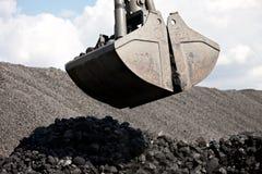 Εκσκαφέας φόρτωσης άνθρακα, σωροί του άνθρακα Στοκ Εικόνα