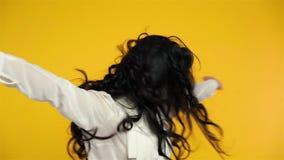 Εκστατική ασιατική γυναίκα που πηδούν με τη χαρά και όπλα που γιορτάζουν επάνω την επιτυχία απόθεμα βίντεο