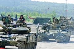Εκσυγχρονισμένη δεξαμενή τ-72 και συνοδεία στην κίνηση Ρωσία Στοκ Εικόνες