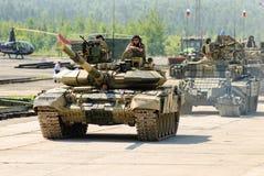 Εκσυγχρονισμένη δεξαμενή τ-72 και συνοδεία στην κίνηση Ρωσία Στοκ φωτογραφία με δικαίωμα ελεύθερης χρήσης