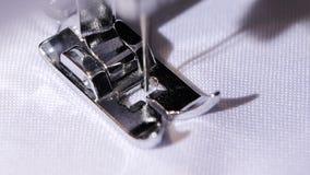 Εκτέλεση της αρχικής ραφής ράβοντας μηχανών κλείστε κίνηση αργή φιλμ μικρού μήκους