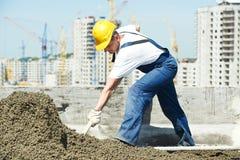 εκτεθειμένη κατασκευή στέγη εικόνων εργαζόμενος roofer που ισοπεδώνει με το λαγούτο επιπλεόντων σωμάτων στοκ εικόνα με δικαίωμα ελεύθερης χρήσης
