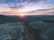 Εκτεθειμένος απότομος βράχος ψαμμίτη επάνω από τη βαθιά misty κοιλάδα στο τέλος του καλοκαιριού Ονειροπόλος διάθεση στοκ εικόνες