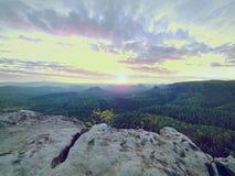 Εκτεθειμένος απότομος βράχος ψαμμίτη επάνω από τη βαθιά misty κοιλάδα στο τέλος του καλοκαιριού Ονειροπόλος διάθεση στοκ φωτογραφία