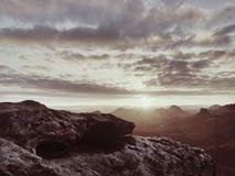 Εκτεθειμένος απότομος βράχος ψαμμίτη επάνω από τη βαθιά misty κοιλάδα στο τέλος του καλοκαιριού Ονειροπόλος διάθεση στοκ φωτογραφίες με δικαίωμα ελεύθερης χρήσης
