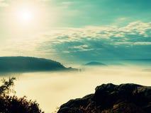 Εκτεθειμένος απότομος βράχος ψαμμίτη επάνω από τη βαθιά misty κοιλάδα στο τέλος του καλοκαιριού Ονειροπόλος διάθεση στοκ φωτογραφία με δικαίωμα ελεύθερης χρήσης