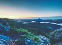 Εκτεθειμένος βράχος ψαμμίτη, δασικό λοφώδες τοπίο και πράσινη άποψη στοκ εικόνες