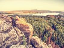 Εκτεθειμένος βράχος ψαμμίτη, δασικό λοφώδες τοπίο και πράσινη άποψη στοκ εικόνα με δικαίωμα ελεύθερης χρήσης