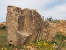 Εκτεθειμένος χαρασμένος τάφος πετρών με τα βήματα στον τάφο της περιοχής βασιλιάδων στα paphos Κύπρος στοκ εικόνες