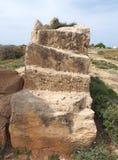 Εκτεθειμένος χαρασμένος τάφος πετρών με τα βήματα στον τάφο της περιοχής βασιλιάδων στα paphos Κύπρος στοκ φωτογραφίες