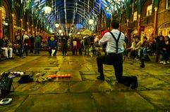 Εκτελεστής τσίρκων κήπων του Λονδίνου Covent τη νύχτα από το χαμηλό επίπεδο στοκ εικόνα με δικαίωμα ελεύθερης χρήσης
