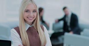 Εκτελεστική γυναίκα που παρουσιάζει γοητευτικό χαμόγελο μπροστά από τη κάμερα Στοκ φωτογραφία με δικαίωμα ελεύθερης χρήσης