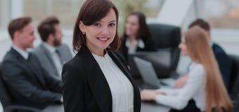 Εκτελεστική γυναίκα που παρουσιάζει γοητευτικό χαμόγελο μπροστά από τη κάμερα Στοκ φωτογραφίες με δικαίωμα ελεύθερης χρήσης