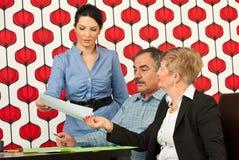 εκτελεστική δίνοντας γυναίκα εγγράφου συνεδρίασης στοκ φωτογραφίες