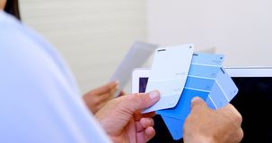 Εκτελεστική κάρτα σκιάς χρώματος ελέγχου στο γραφείο 4k απόθεμα βίντεο