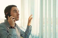 Εκτελεστική ομιλία στο τηλέφωνο κυττάρων του Στοκ εικόνα με δικαίωμα ελεύθερης χρήσης